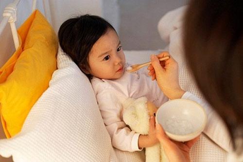 Dấu hiệu và xử lý trẻ bị ngộ độc thực phẩm 1